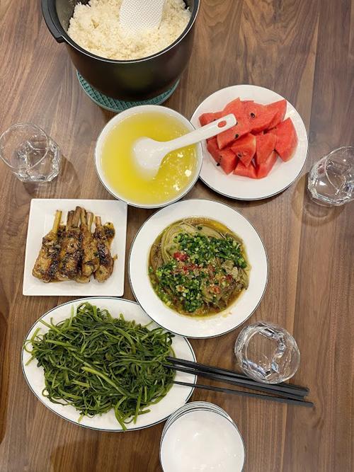 Bữa ăn hay có các màu xanh, đỏ, vàng, đen, trắng theo triết lý ẩm thực ngũ sắc, giúp cơ thể được bổ sung đầy đủ dưỡng chất.