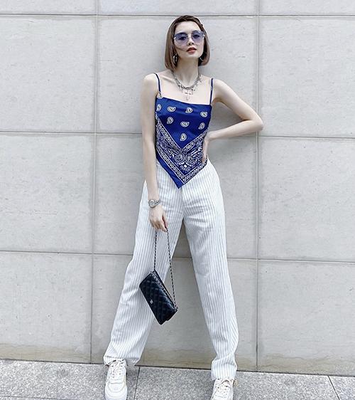 Từ trend quấn khăn, nhiều thương hiệu còn cho ra đời các mẫu áo hai dây được làm từ khăn vuông để giúp Thiều Bảo Trâm và các người đẹp thoả sức mix đồ.