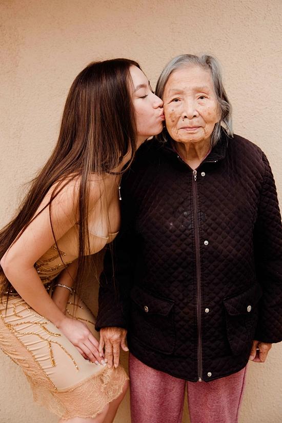 Isabella dành tình cảm bên bà ngoại.