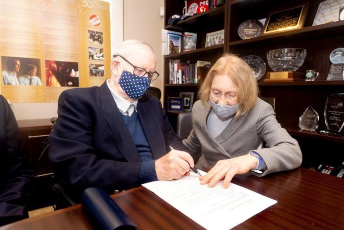 Cựu tỷ phú Chuck Feeney cùng vợ ký vào các tài liệu để đóng cửa các Tổ chức từ thiện của Atlantic Philanthropies tại San Francisco hôm 14/9. Ảnh: Atlantic Philanthropies.