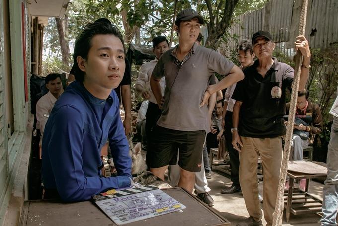Diễn viên hài Hải Triều (áo xanh) đóng một vai nhỏ trong phim. Anh thông báo lịch chiếu mới của Ròm tới bạn bè để mọi người ra rạp xem phim.