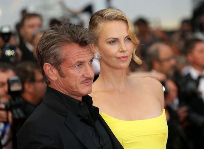 Charlize từng có khoảng hai năm hẹn hò Sean Penn.