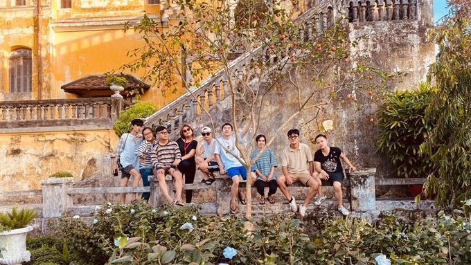Đoàn phim Gái già lắm chiêu V ở một góc vườn của biệt thự Bạch Trà Viên.