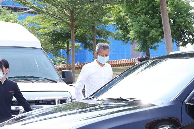Linh cữu Huỳnh Hồng Thăng được chuyển từ bệnh viện đến nhà tang lễ chiều nay 18/9. Cha và em gái của anh đến nhận thi thể, thực hiện các thủ tục di quan. Người cha tóc bạc, gương mặt đau đớn khi xuất hiện trước truyền thông. Lễ tưởng niệm của nam diễn viên sẽ diễn ra từ ngày mai, 19/9, trước khi thi thể anh được chuyển đi an táng ba ngày sau đó.
