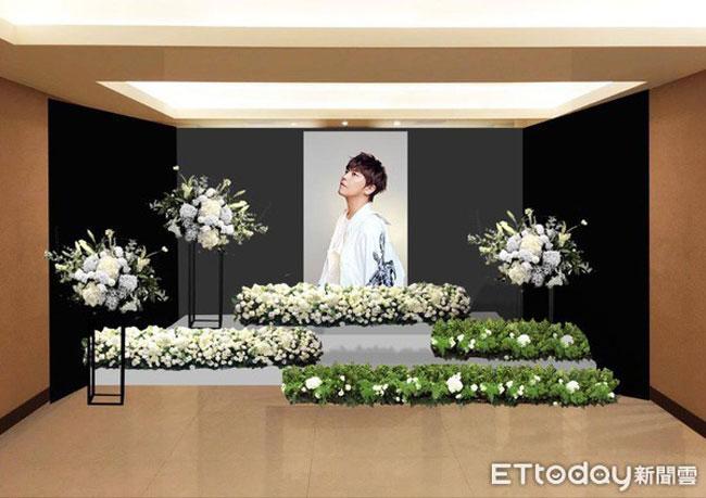 Tại linh đường, mọi thủ tục đã hoàn tất. Di ảnh của Hoàng Hồng Thăng là tấm ảnh được cha anh chọn. Anh chụp bức ảnh này khi quảng báo cho đêm nhạc tại Hong Kong hai năm trước.