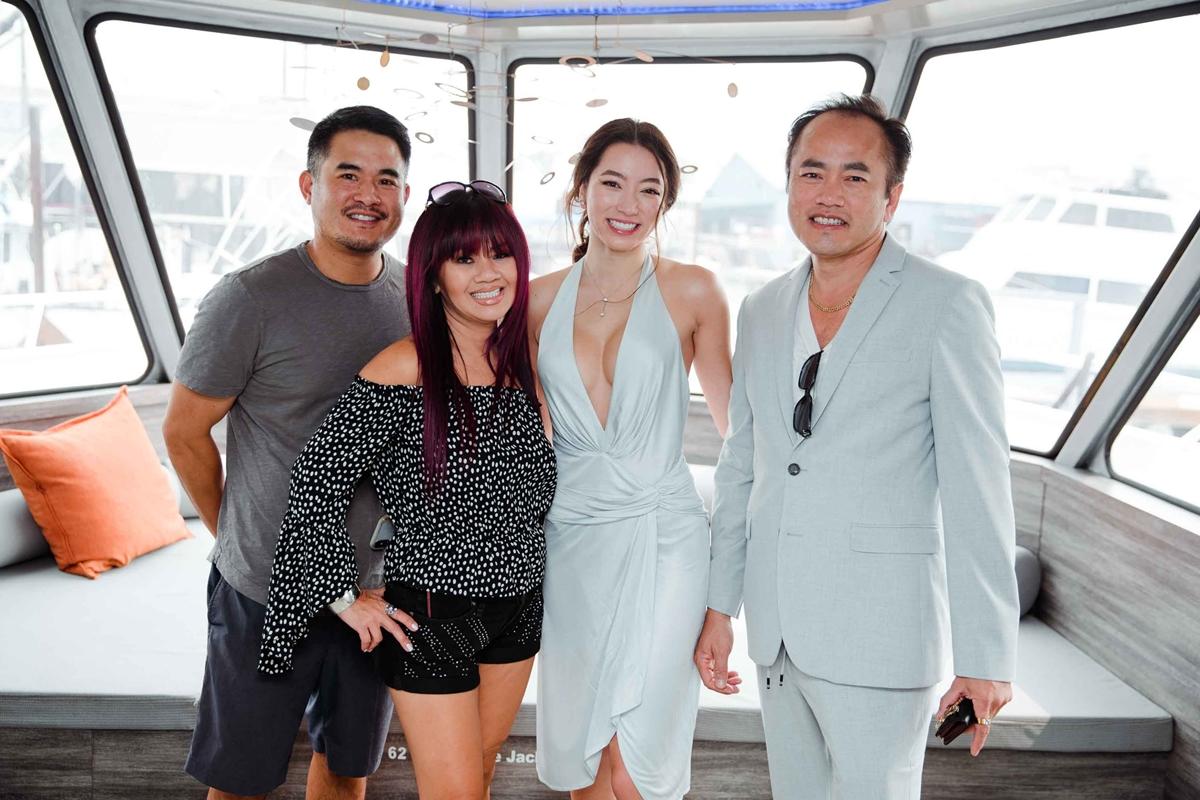 Trước tiệc ở nhà, các thành viên vui chơi trên một du thuyền hạng sang. Isabella chụp hình cùng bố 9phai3) và gia đình cô ruột.