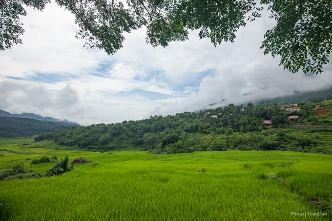 Sáng: Du khách có thể xuất phát tại Hà Nội từ sáng để đến Pù Luông vào buổi trưa. Cảm giác hoà mình vào giữa thiên nhiên mát mẻ sẽ khiến bạn quên đi cung đường dài vừa đi qua. Với những nguyên liệu sẵn có tại bản, bữa ăn của bạn sẽ trở nên ngon miệng hơn nhiều.