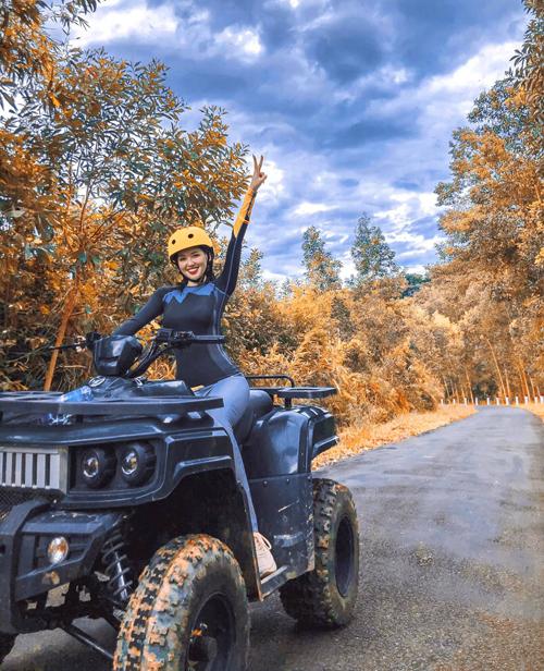 Kong Forest nằm ở Hòn Bà, xã Suối Cát, huyện Cam Lâm, là một điểm đến lý tưởng cho du khách đam mê du lịch sinh thái và mạo hiểm với các trò chơi như zipline hay lái xe địa hình khám phá rừng già. Tâm Tít chia sẻ, đây là lần đầu tiên cô thử sức với bộ môn này và cảm thấy vừa sợ lại vừa thích.