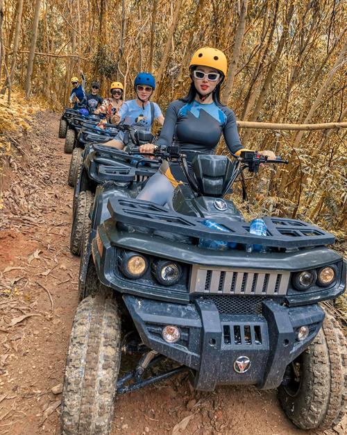 Tâm Tít và đồng đội lái xe địa hình ATV để chinh phục con đường khoảng 9 km xuyên rừng. Đoạn đường có chỗ gồ ghề nhưng cũng không quá khó đi, vừa sức với những người lần đầu thử nghiệm. Du khách có thể tận hưởng không khí mát mẻ, trong lành của rừng núi Khánh Hòa, đối lập với sự ồn ào đông đúc của Nha Trang.