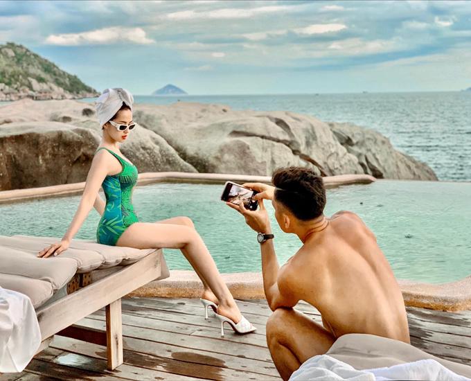 Không chỉ hợp tác diễn sâu trong các bức hình, chồng Tâm Tít - doanh nhân Ngọc Thành - còn là phó nháy có những tấm hình sống ảo của vợ. Tâm Tít tiết lộ, bí quyết gìn giữ hạnh phúc gia đình cô là chồng biết chụp ảnh cho vợ.