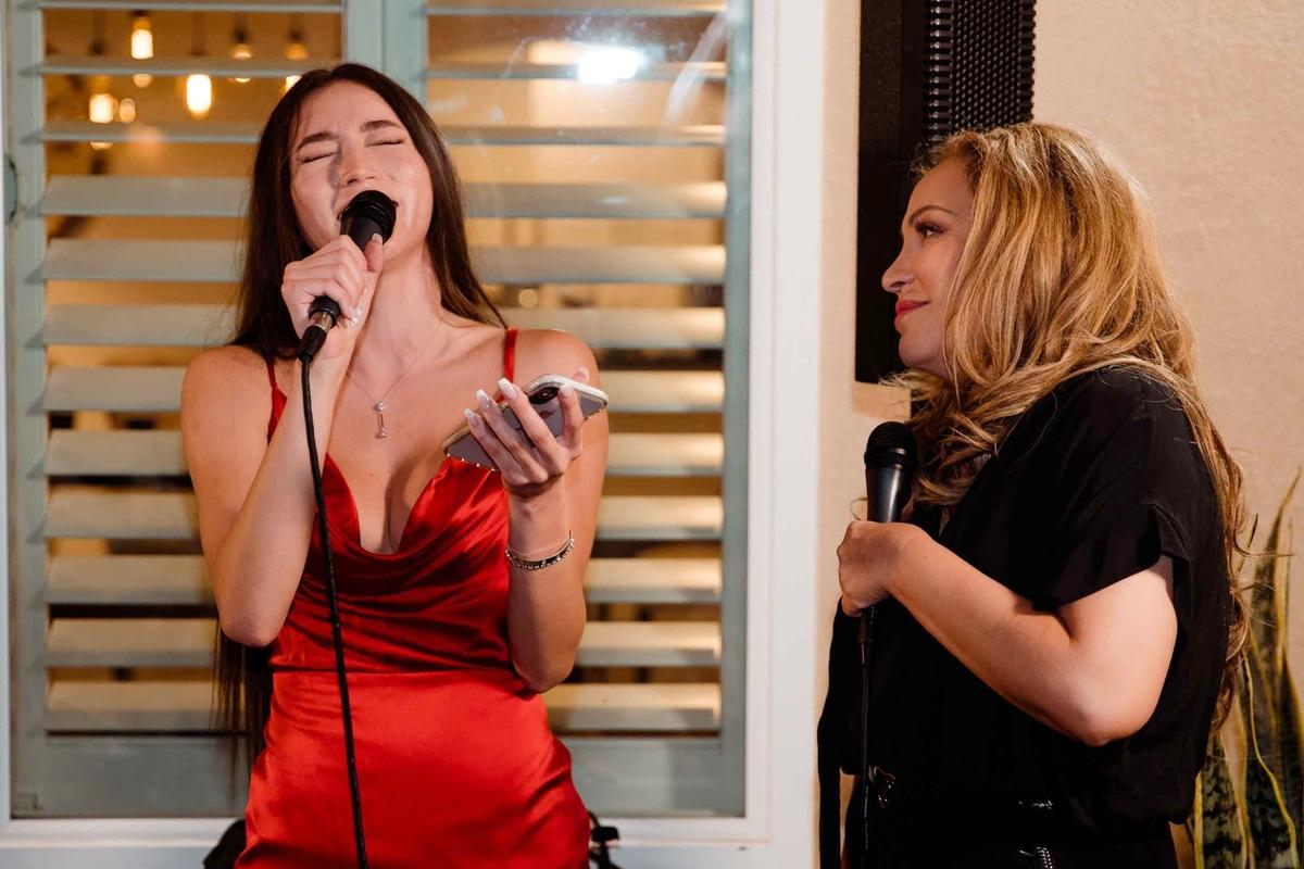 Hai mẹ con song ca nhiều nhạc phẩm góp vui cho buổi tiệc.