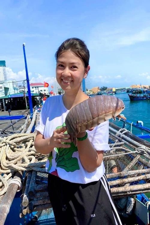 Kim Thư thưởng thức bọ biển Quy Nhơn