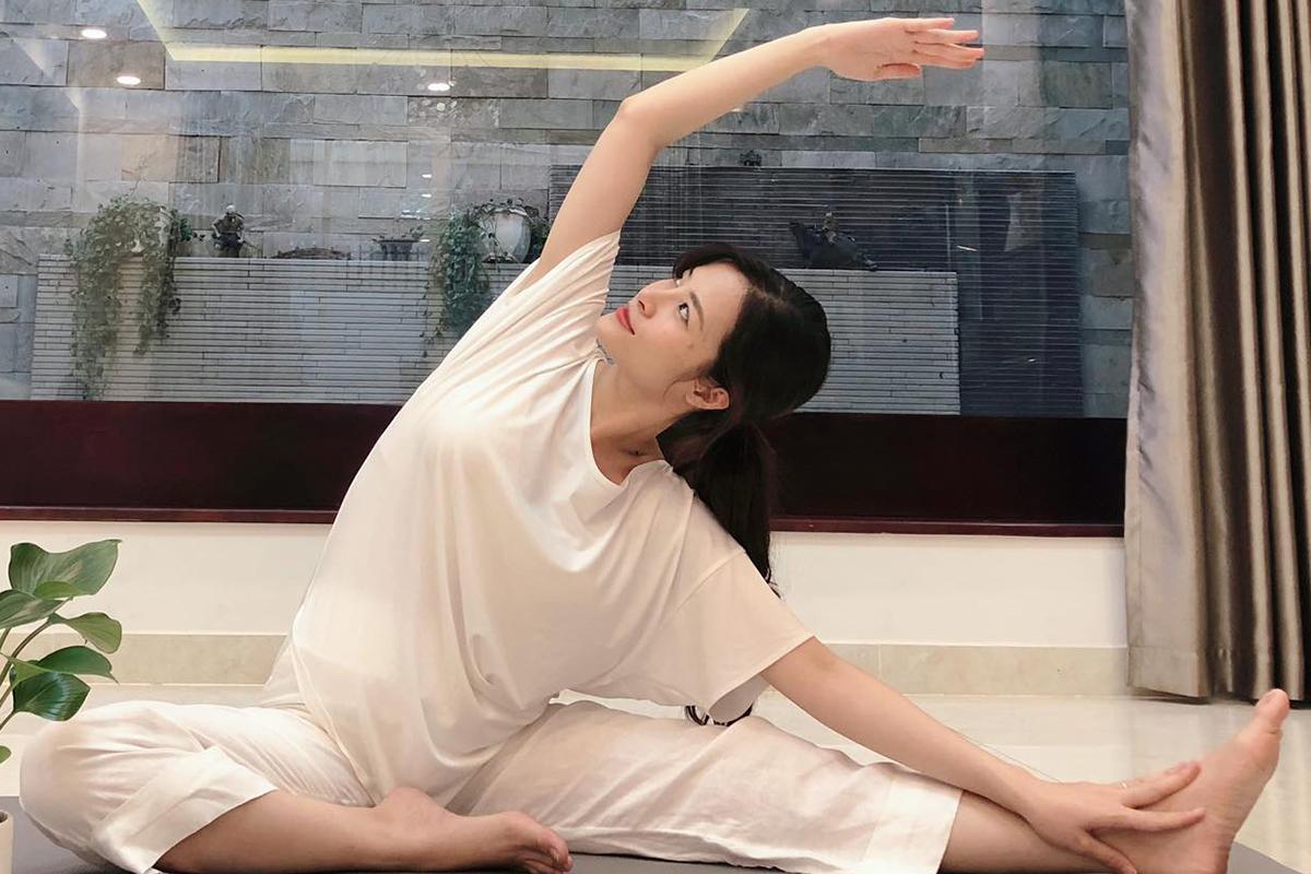 Cô đặc biệt chăm sóc sức khỏe, ăn uống, nghiên cứu kỹ tài liệu nước ngoài, tập yoga mỗi ngày nên ngày càng nhuận sắc.