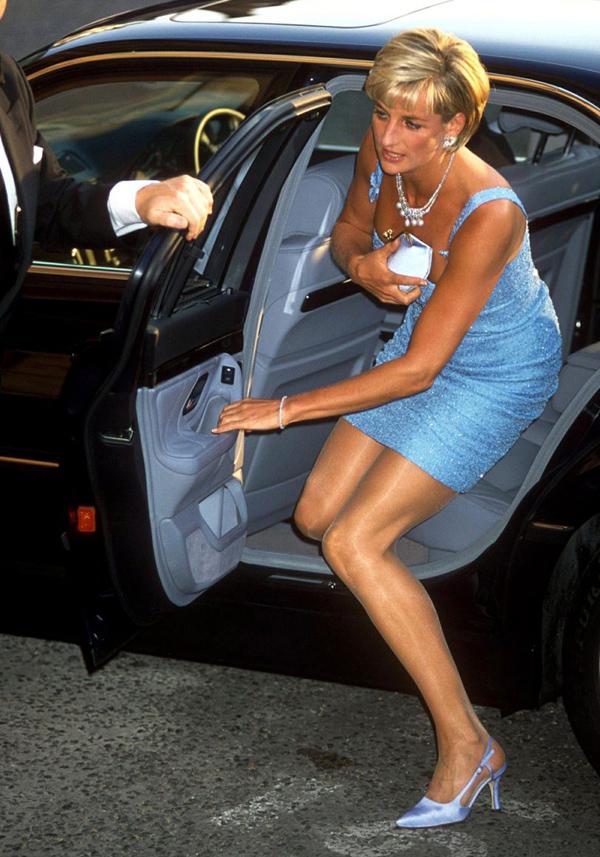Dùng ví cầm tay (clutch) để che ngựcCông nương Diana có một tuyệt chiêu: Mỗi lần mặc đầm tiệc và bước xuống xe, bà luôn giữ chiếc clutch phía trước nhằm tránh bị paparazzi chụp vòng một hớ hênh. Nhà tạo mốt Anya Hindmarch từng chia sẻ: Chúng tôi cười to khi thiết kế thứ mà cô ấy gọi là túi khe ngực - mẫu clutch bằng satin cô ấy dùng để che chắn khi ra khỏi xe hơi.