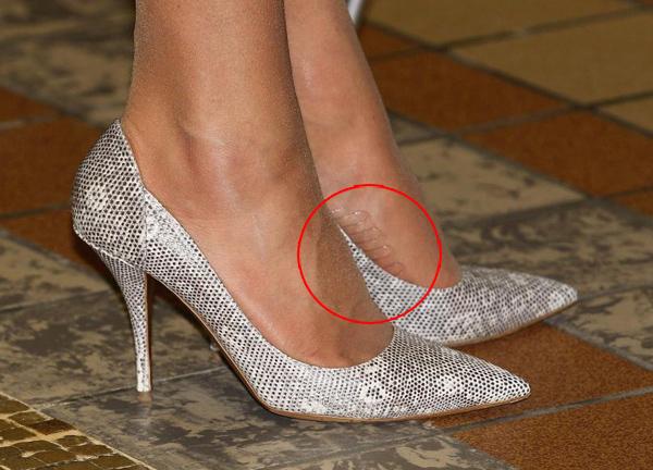 Quần tất chống trượtNhiều fan thích thú khi phát hiện một bí quyết khác của Kate, đó là chọn loại quần tất có sẵn miếng dính ở lòng bàn chân để tránh tuột giày vì trơn.