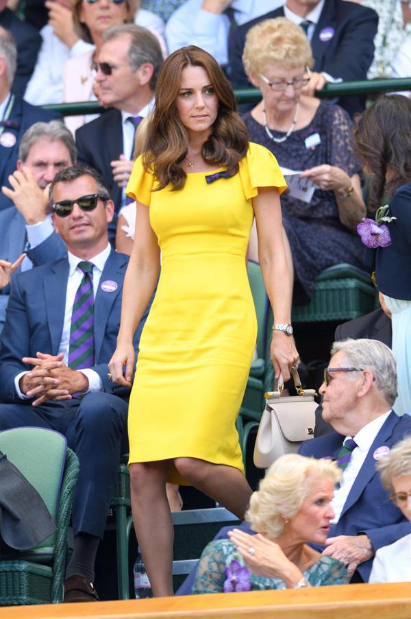 Bà mẹ ba con diện đầm Dolce & Gabbana vàng rực tới xem chung kết giải quần vợt Wimbledon 2018 hồi giữa tháng 7.