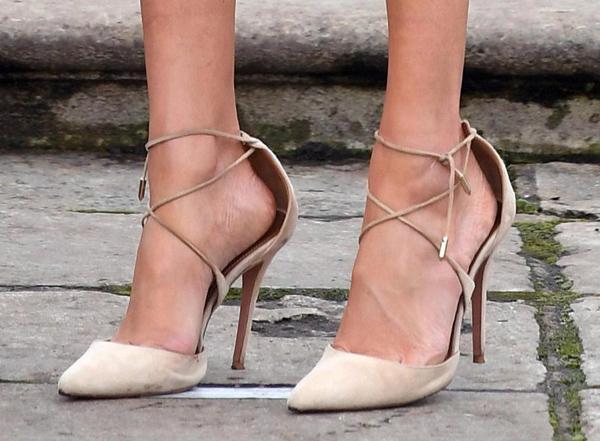 Đi giày lớn hơn chân một - hai sizeCũng như nhiều sao Hollywood khác, Meghan có thói quen mang giày rộng hơn chân. Chuyên gia thời trang Harriet Davey lý giải: Khi dự event hay lên thảm đỏ, các nghệ sĩ thường chọn giày có khoảng cách từ gót chân đến gót giày ít nhất nửa cm nhằm hạn chế đau chân. Không có gì tệ hơn một đôi giày không thoải mái.