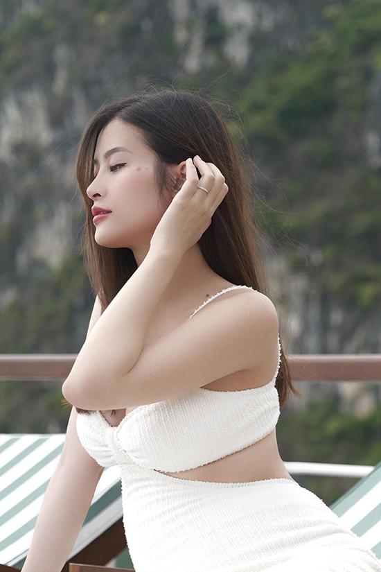 ợ chồng Đông Nhi - Ông Cao Thắng hay du lịch biển. Nữ ca sĩ không ngại diện áo tắm, khoe khéo góc nghiêng gương mặt quyến rũ.
