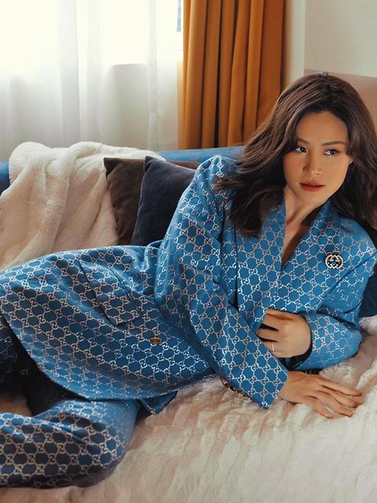 Nữ ca sĩ còn tranh thủ chụp hình thời trang với phong cách 'mẹ bầu quyền lực'.