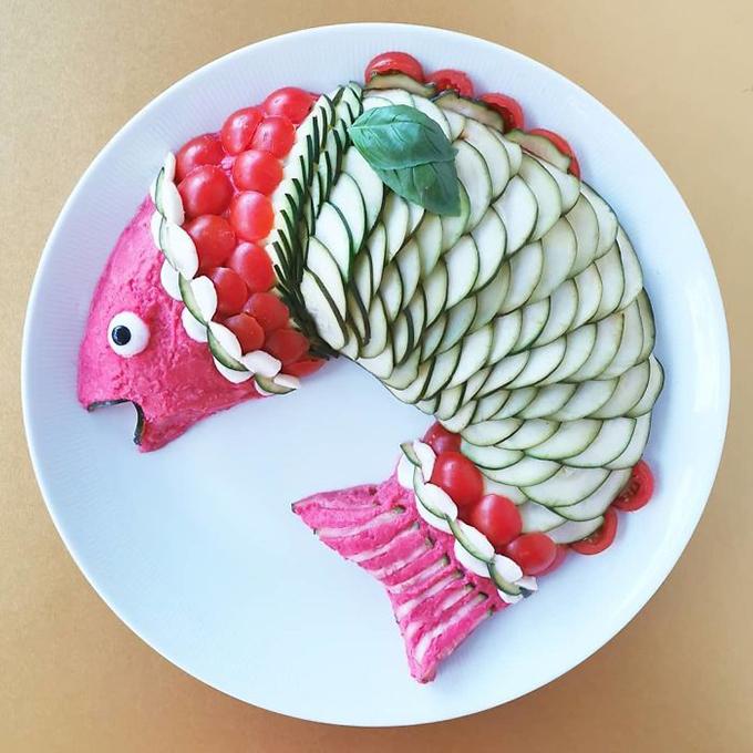 Một đĩa rau củ thuần tuý nhưng được người phụ nữ Bỉ biến thành một chú cá với phần đầu và đuôi làm từ củ cải đỏ còn phần vẩy cá là cà chua bí và dưa chuột thái.
