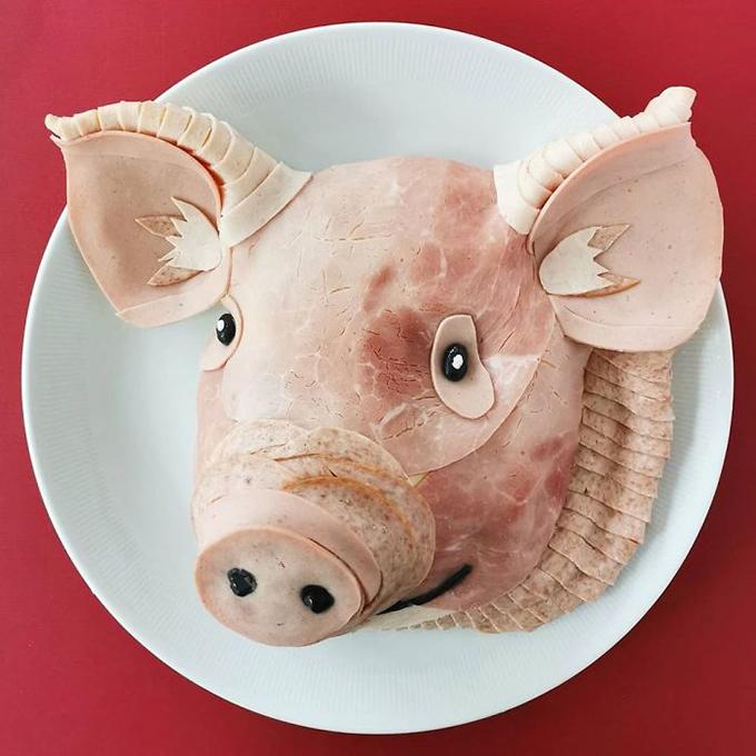Một chú lợn hồng đáng yêu được làm hoàn toàn từ thịt xông khói, màu sắc tự nhiên, nhiều sắc độ khác nhau. Đôi khi, Jolanda thích sử dụng chỉ một loại nguyên liệu nhưng phần lớn các tác phẩm, cô đều kết hợp nhiều loại với nhau để cho hiệu quả tốt hơn.
