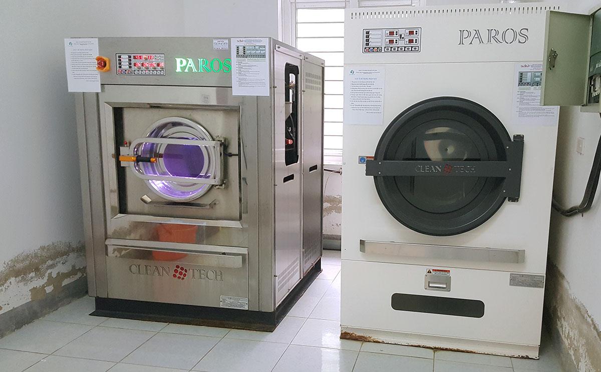 Một bộ máy giặt, máy sấy mà Công ty thiết bị y tế Hà Tĩnh bán cho các bệnh viện. Ảnh: Hùng Lê