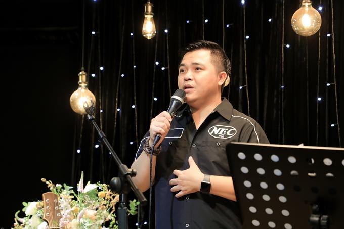Mở màn đêm nhạc, ca sĩ Lê Minh kể giấc mơ về Minh Thuận sau khi anh mất.