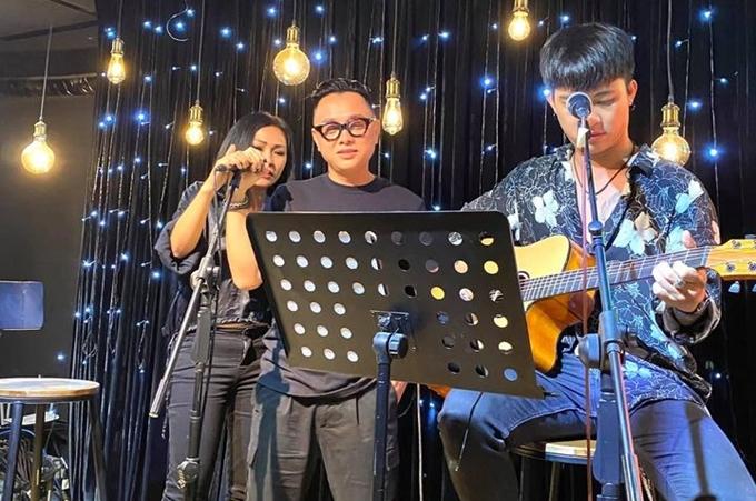 Ngọc Lan ghi lại khoảnh khắc NTK Công Trí song ca cùng ca sĩ Phương Thanh.