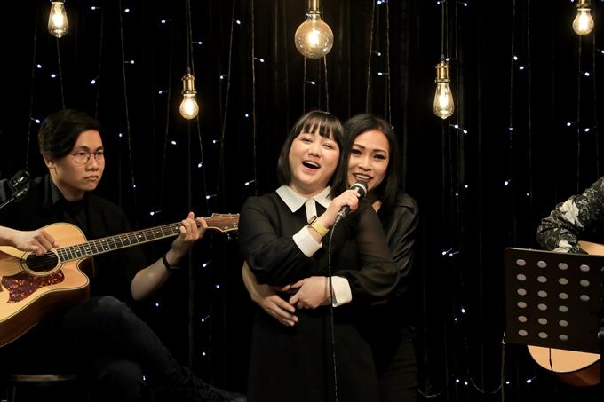 Phương Thanh ôm ca sĩ Ngọc Linh khi cô hát lại ca khúc Tình thơ.