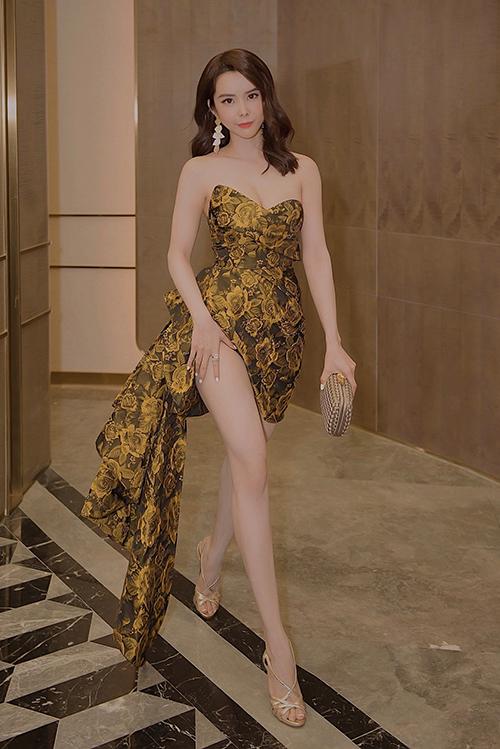 Hoa hậu Du lịch Thế giới Huỳnh Vy tôn vóc dáng với đầm cúp ngực
