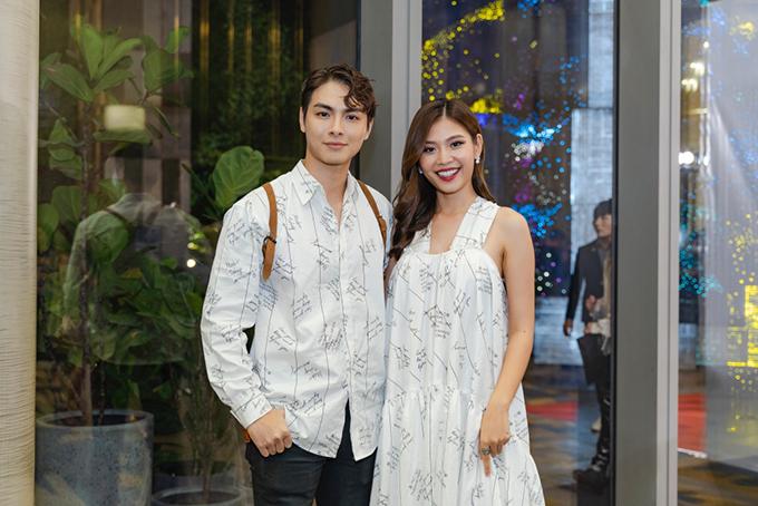 Tối 19/9, show diễn thời trang Ivan Resort diễn ra tại TP.HCM với sự góp mặt của nhiều nghệ sĩ. Vợ chồng Jay Quân - Chúng Huyền Thanh có mặt rất sớm để cổ vũ nhà thiết kế Ivan Trần.