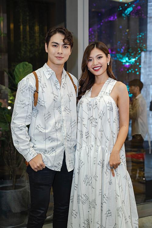 Mới mang bầu ở tháng thứ hai nhưng Chúng Huyền Thanh vẫn chọn đầm suông giấu dáng để đi sự kiện cùng chồng.