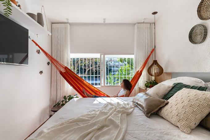 Phòng ngủ có thêm võng nằm bên cạnh cửa sổ.