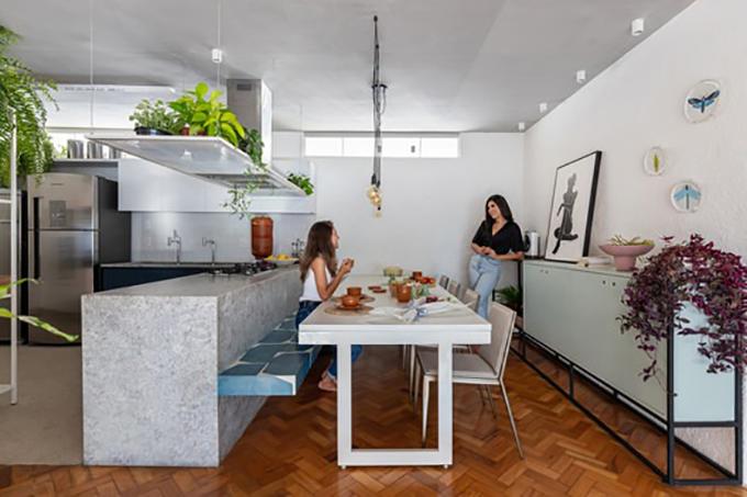 Mặt đá granite ở bếp giúp tạo sự hiện đại. Băng ghế gạch xanh lam, được thiết kế cho tối đa 12 người cùng sử dụng. Khu giặt là được di dời sang vị trí khác, cho phép mở rộng không gian bếp.