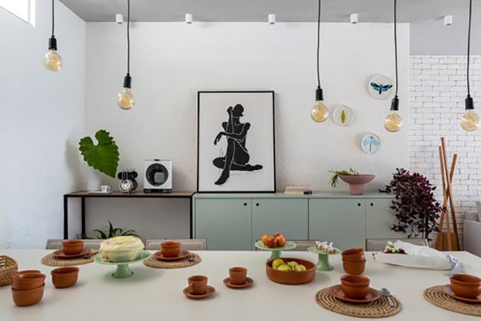 Chúng tôi tìm cách tạo sự liên quan, gợi nhắc tới các vùng của Brazil trong căn hộ thông qua việc hoàn thiện thiết kế, vật dụng trang trí, đồ nội thất. Chúng tôi ưu tiên vật liệu thủ công, tự nhiên, tạo ra bầu không khí ấm cúng trong căn hộ, đại diện nhóm KTS chia sẻ.