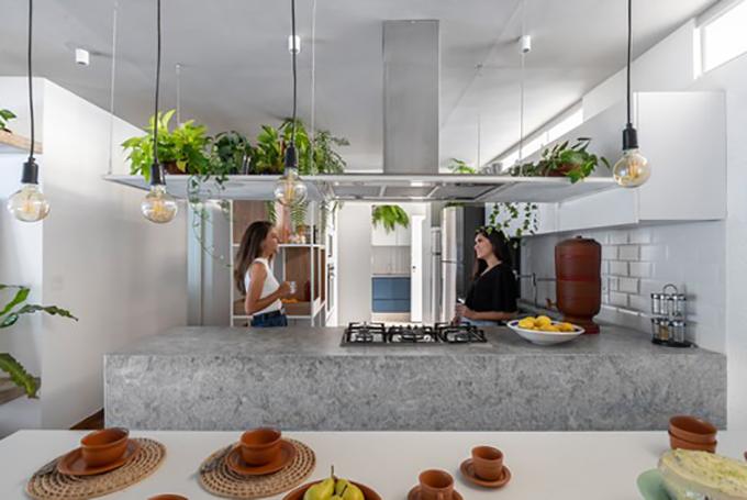 Khu vực bếp có tông xám, trắng hiện đại.