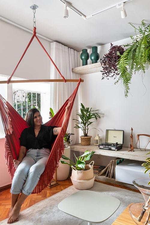 Trong một lần trao đổi, gia chủ mong muốn nhóm KTS sẽ biến căn hộ thành nơi có nhiều yếu tố thư giãn, nghỉ dưỡng, có không gian để nằm dài trên võng. Vì vậy, võng xuất hiện trong phòng khách, phòng ngủ phù hợp nhu cầu này.
