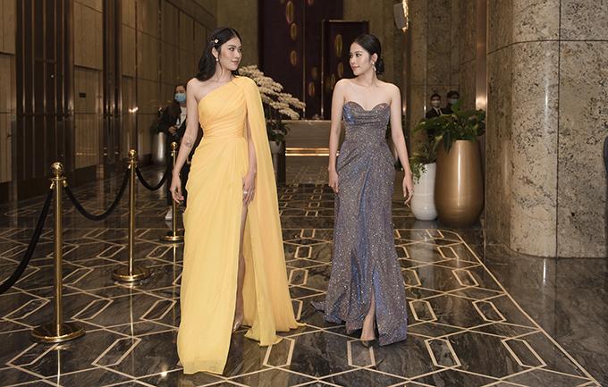 Cặp đôi người mẫu song sinh Nam Anh - Nam Em cũng bất chấp trời mưa gió đến dự show thời trang của nhà thiết Ivan Trần. Cả hai cùng tông dáng với đầm xẻ cao quyến rũ và gợi cảm.