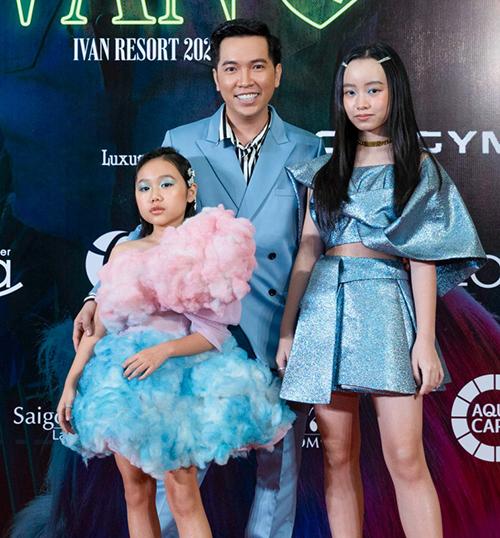 Nhà thiết kế Ivan Trần và hai mẫu nhí Khánh An (trái), Phương Anh (phải).