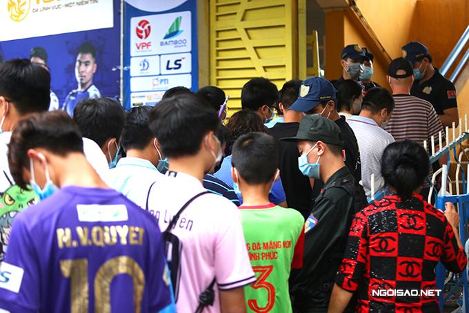 Trận chung kết Cup Quốc gia 2020 giữa Việt Nam 2020 diễn ra vào lúc 18h ngày 20/9 nhưng nhiều CĐV có mặt tại sân Hàng Đẫy từ trước đó hàng tiếng đồng hồ. Ở trận đấu này, ban tổ chức cho phép khoảng 3.000 CĐV vào sân cổ vũ hai đội. Tất cả đều được đo thân nhiệt, rửa tay xát khuẩn và phải đeo khẩu trang mới được qua cửa an ninh,