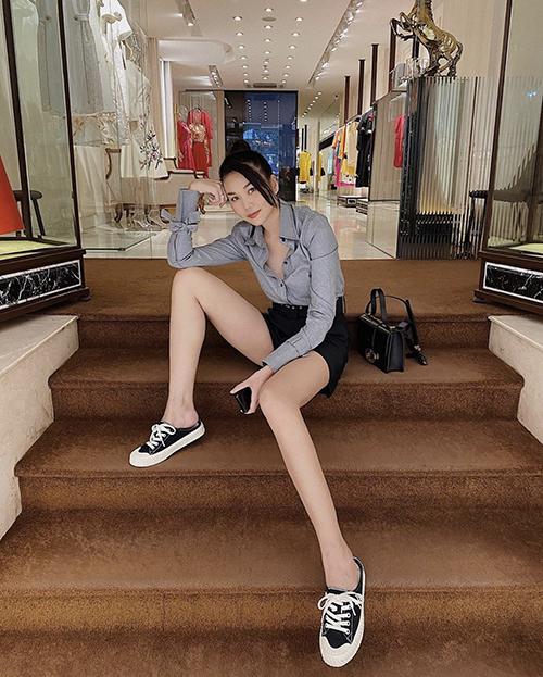Ngoài mẫu áo trắng quen thuộc, Thanh Hằng còn chọn thêm sơ mi đơn sắc và các mẫu hoạ tiết hợp xu hướng để mix đồ street style.