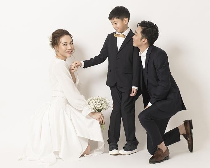 Subeo chụp ảnh cưới cùng bố Cường và mẹ Trang.