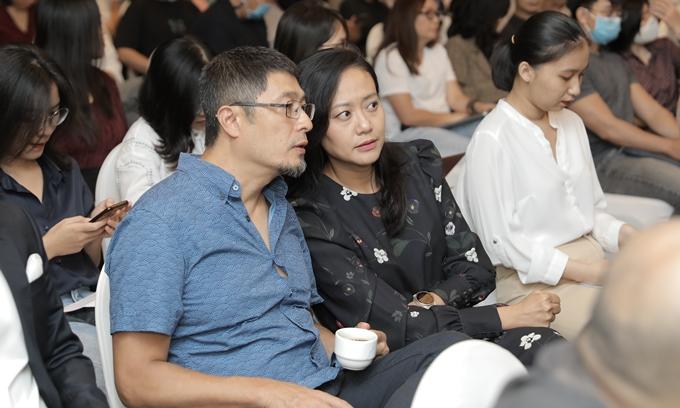 Đạo diễn Charlie Nguyễn và diễn viên - đạo diễn - nhà sản xuất Hồng Ánh trao đổi trong họp báo.
