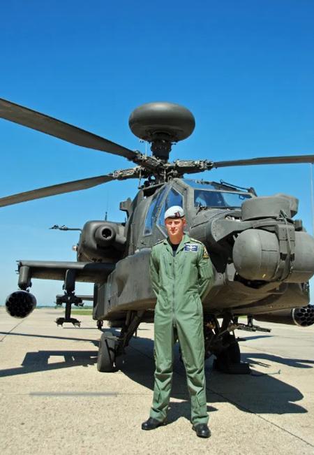 Hoàng tử Harry từng lái trực thăng khi còn ở quân đội Anh. Ảnh: AFP.
