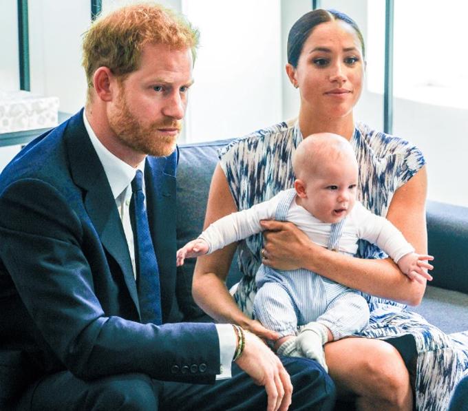 Vợ chồng Harry - Meghan bên con trai Archie trong chuyến công du châu Phi hồi năm ngoái. Ảnh: The Mega Agency.