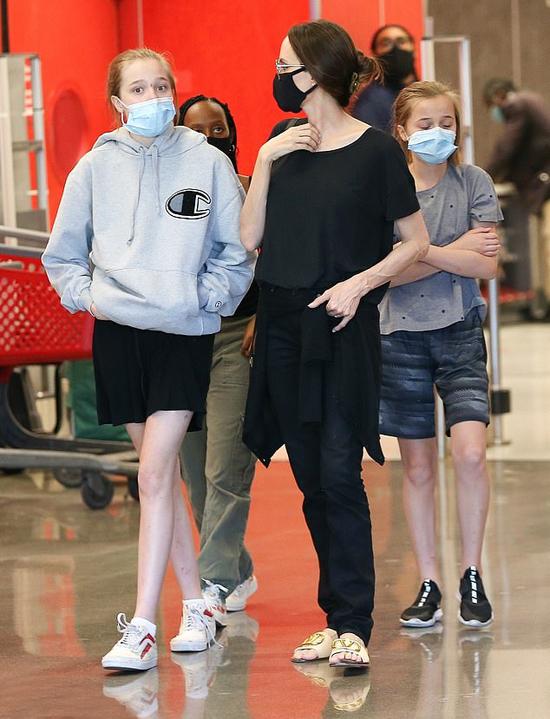 Angelina Jolie cùng Shiloh, Zahara và Vivienne đi mua sắm hôm 19/9. Cả nhà cùng đeo khẩu trang để phòng tránh dịch bệnh.