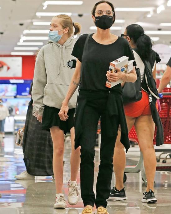 Mỗi cuối tuần Jolie lại dành thời gian ra ngoài với bọn trẻ, khi đi mua sắm, khi đi ăn nhà hàng.