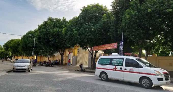 Xe cứu thương gần nơi phát hiện thi thể học viên.
