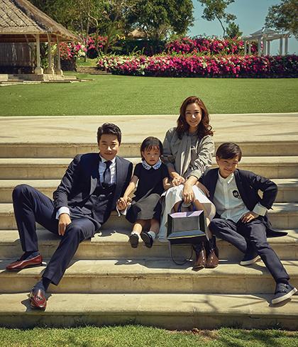 Vợ chồng Kwon Sang Woo bên hai con.