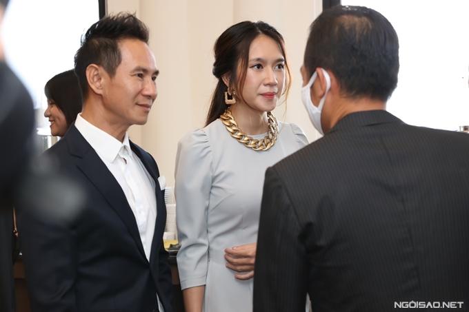 Vợ chồng Lý Hải - Minh Hà trò chuyện với các vị khách tại sự kiện.